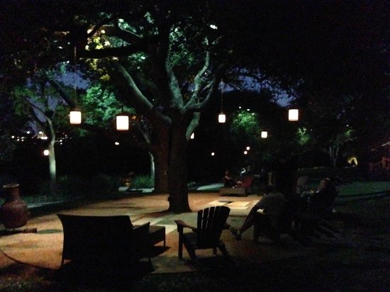 Four Seasons Hotel Austin : night time outside