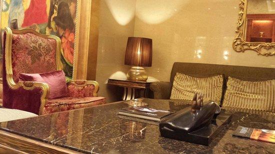 San Want Residences : ロビーにあるピンクの素敵な椅子☆  24時間Openの新聞 雑誌 お菓子 お茶