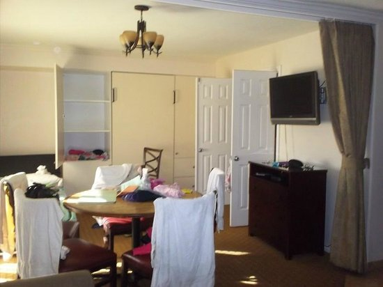 San Clemente Inn: dining and murphy bed area