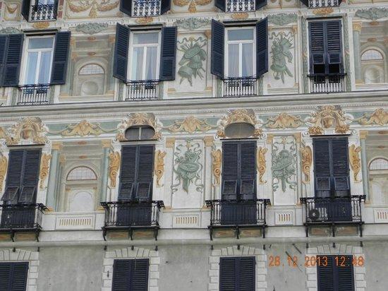Old Port (Porto Antico) : Façade d'immeuble sur le port antique