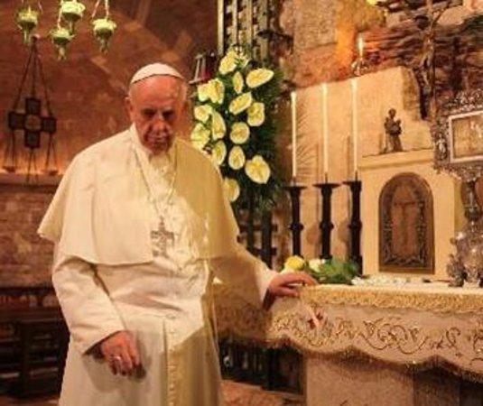 Assisi, İtalya: Papa Francesco prega con san Francesco