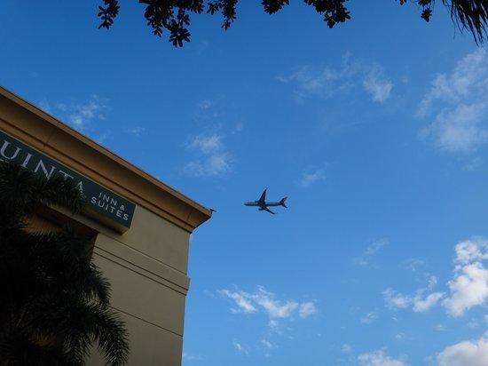 La Quinta Inn & Suites Miami Airport East: Noticeable noise when these planes pass