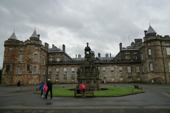 Palace of Holyroodhouse: вид на дворец