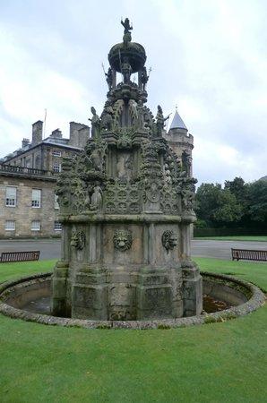 Palace of Holyroodhouse: фонтан