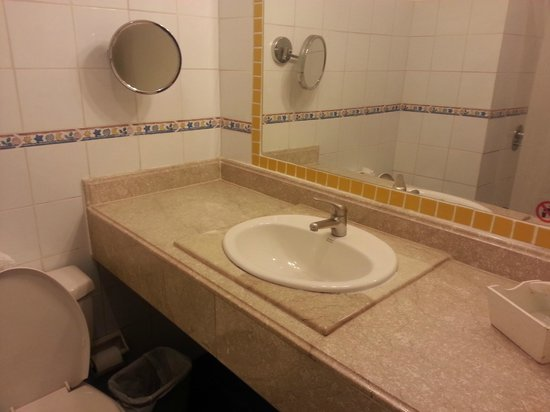 Victorian House Boutique Hotel: Large vanity but close to toilet