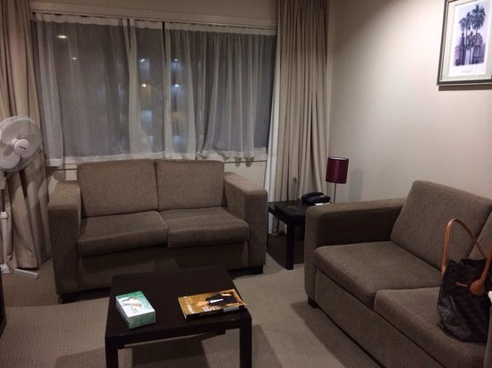 Auckland City Hotel-Hobson St : Living room