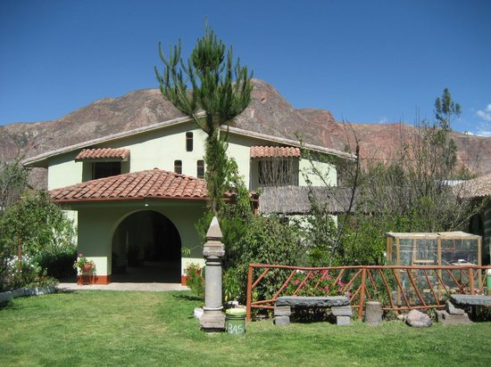 La Quinta Eco Hotel: The hotel entrance with surrounding mountains.