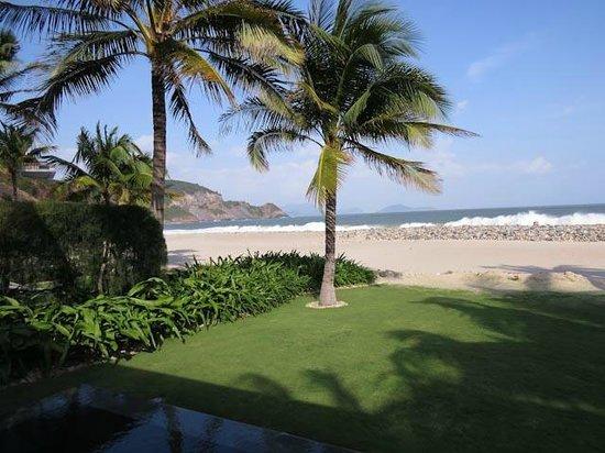 Mia Resort Nha Trang : Walk into the surf