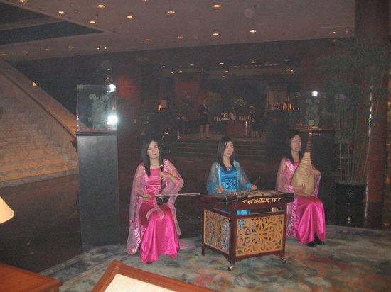 Hilton Beijing Wangfujing: Холл Hilton Beijing