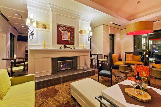 Hilton Garden Inn Atlanta Perimeter Center: Lobby Fireplace