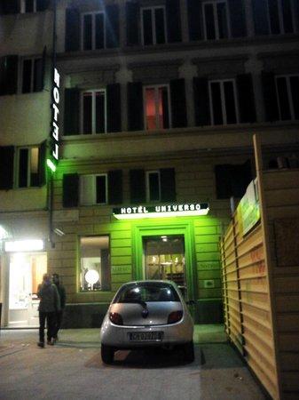 Universo: ホテルの玄関前