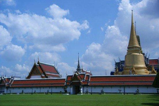 Wat Phra Kaeo (Temple of the Emerald Buddha) : The beautiful temples