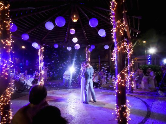 Azul Beach Resort Sensatori Mexico : First dance with a bubble machine!