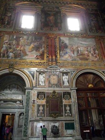 Arcibasilica di San Giovanni in Laterano: Afrescos nas paredes laterais da igreja
