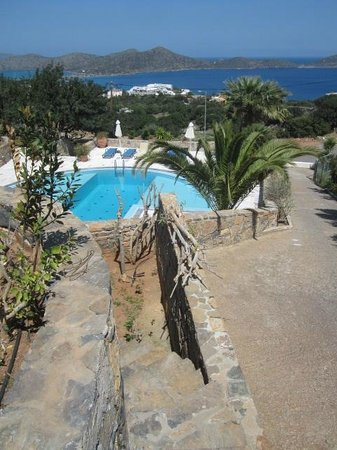 Elounda Vista Villas : from the garden steps to the pool straight from our villa
