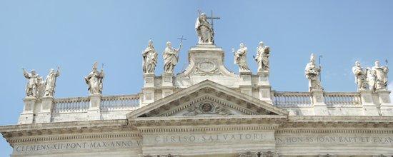 Arcibasilica di San Giovanni in Laterano: Esculturas no topo da fachada principal da igreja