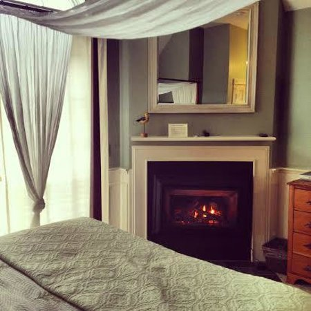 Carriage House Inn : Room 5- great room with fireplace