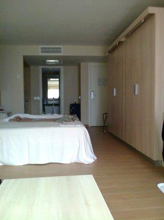 Be Live Experience Lanzarote Beach: Otro ángulo de la habitación: armarios amplios y gran espacio de paso enfrente de las camas