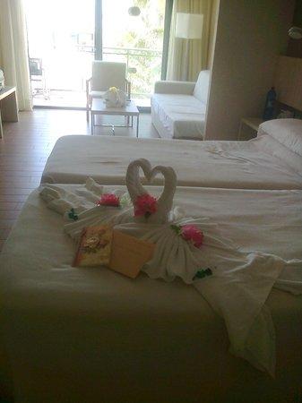 Be Live Experience Lanzarote Beach: Camas y al fondo sala de estar y terraza con vistas a la piscina