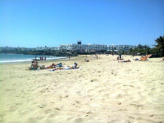 Be Live Experience Lanzarote Beach: Vista del hotel desde la playa. Acceso directo desde el hotel por la zona de piscina