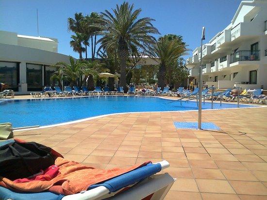 Be Live Experience Lanzarote Beach: Piscina con rampas de accesibilidad y barandillas