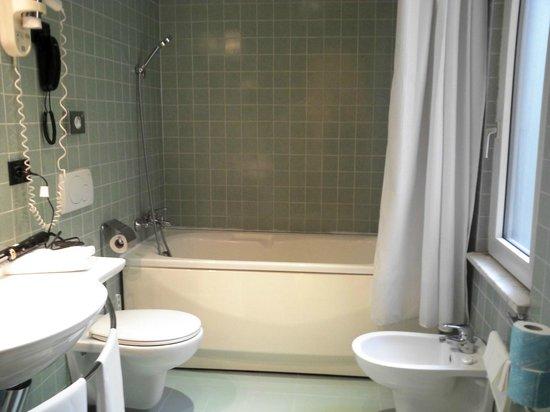 Milani Hotel : バスルーム(シャワーのお湯が温かくなるの少し時間がかかります)