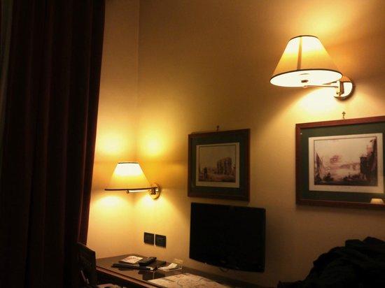 Milani Hotel : ベッドと反対側の壁側