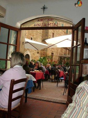 Trattoria Latte di Luna: Vista des de dentro el comedor donde estábamos hacia afuera