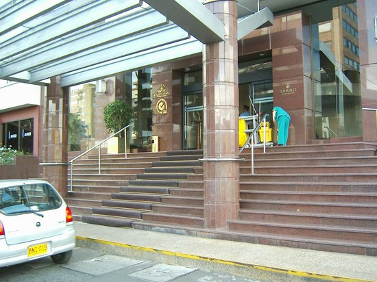 Bogota Plaza Summit Hotel: Una de las dos entradas