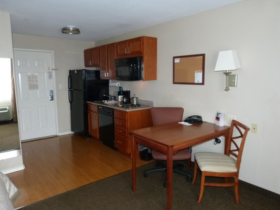 Candlewood Suites Galveston: Lounge Kitchen Area