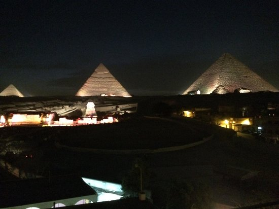 Sphinx Guest House: piramidi by night