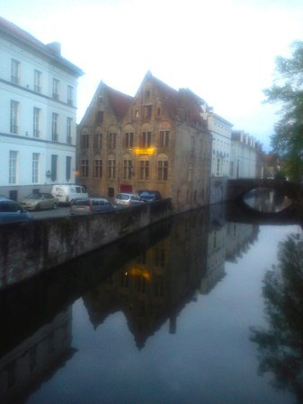 Hotel Ter Brughe: Twilight outside hotel