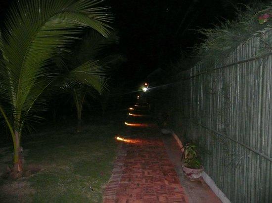 Full Moon Village: дорожка к номеру ночью