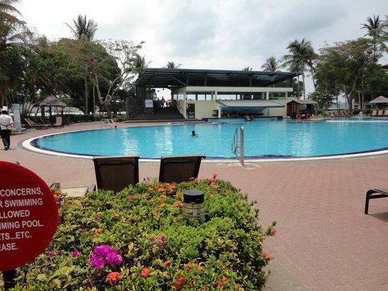 Holiday Villa Beach Resort & Spa Langkawi : Grande piscina com jacuzi