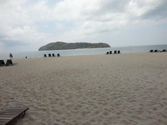 Holiday Villa Beach Resort & Spa Langkawi : Praia em frente