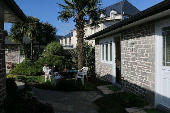 Hôtel Les 13 Assiettes : Jardins entres les chambres Cottage...un havre de paix