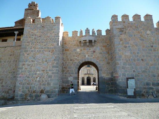 The Walls of Avila : AVILA - AU FOND VUE SUR LA PLAZA DE LA SANTA
