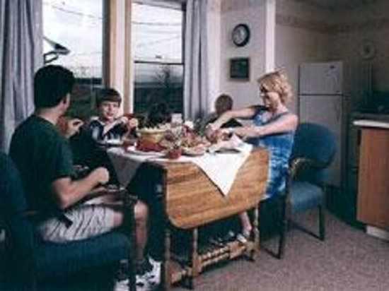The Birches Housekeeping Cottages: Dining on lobster