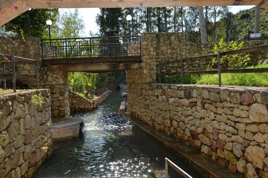 Montevago, Italia: le cascatelle sotto la sorgente termale