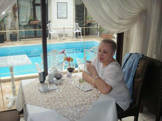 Saint John Hotel: Вид на бассейн из бара