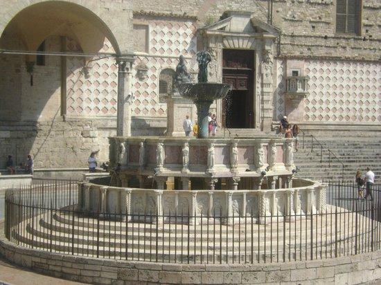 Piazza IV Novembre : La Fontana Maggiore