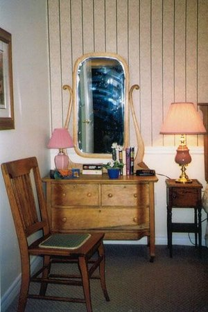 The Birches Housekeeping Cottages : executive bedroom