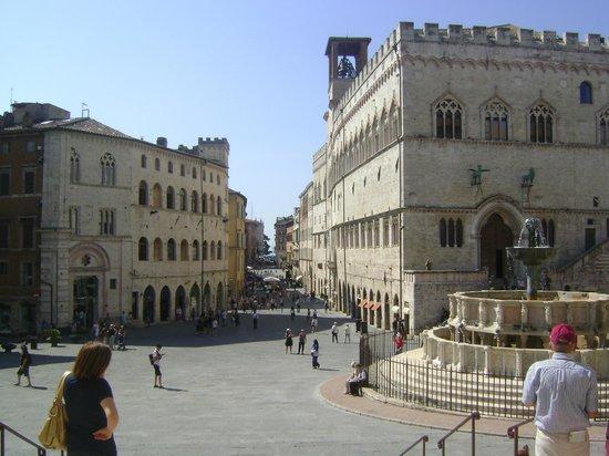 Piazza IV Novembre : Corso Vannucci