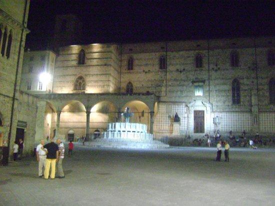 Piazza IV Novembre : Di sera