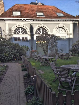 Hotel Patritius: The lovely garden at the start of spring