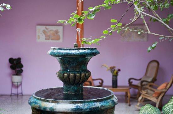 Hotel Kekoldi de Granada: Fuente en el jardín