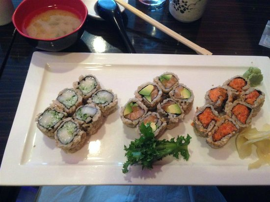 Umi Sushi : My 3-roll special lunch (comes with miso soup and salad)