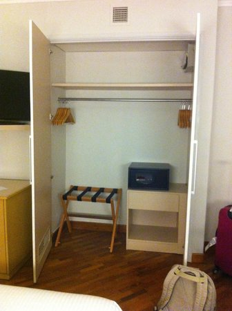 Fort Canning Lodge : Safe in the closet
