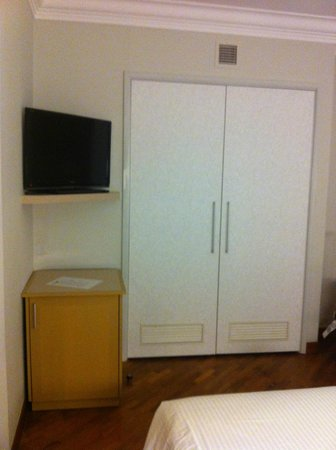 Fort Canning Lodge : Closet & TV