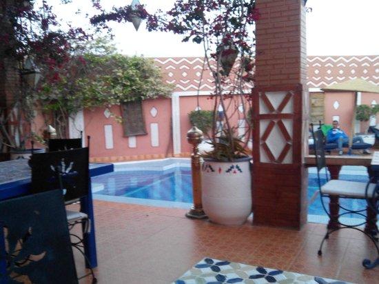 Le Petit Riad: La piscina y vista desde la habiotacion